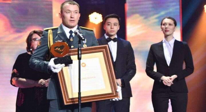 """Aktobe guardsman who saved a girl from a rapist is awarded the """"ADAM BOL AWARDS"""""""